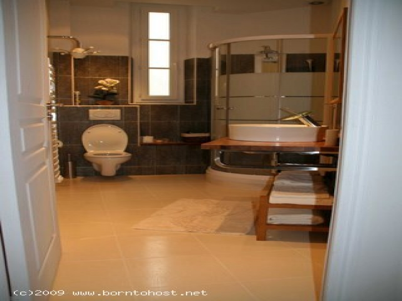 STYLISH MODERN 2 BEDROOM 500 m from Palais des Fes