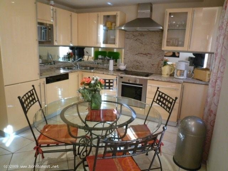 SPACIOUS HOTEL STYLE 2  BEDROOMS 120 meter from pa